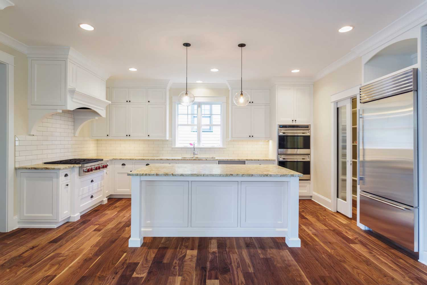 54536-island-and-counters-in-luxury-kitchen-J2DDLH3-web